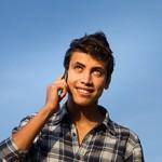 Jeune homme au téléphone qui regarde au loin