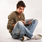 Jeune homme marocain utilisant une tablette numérique.