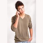 Jeune homme marocain au téléphone