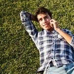 Jeune homme allongé dans l'herbe