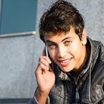Jeune homme au téléphone