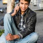 Jeune homme utilisant un smartphone